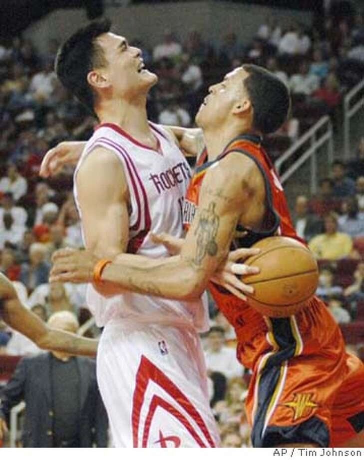 Golden State Warriors' Matt Barnes, right, runs into and fouls Houston Rockets' Yao Ming (11), of China, during the third quarter of an NBA basketball game Wednesday, April 4, 2007, in Houston. The Warriors beat the Rockets 110-99. (AP Photo/Tim Johnson) EFE OUT Photo: Tim Johnson