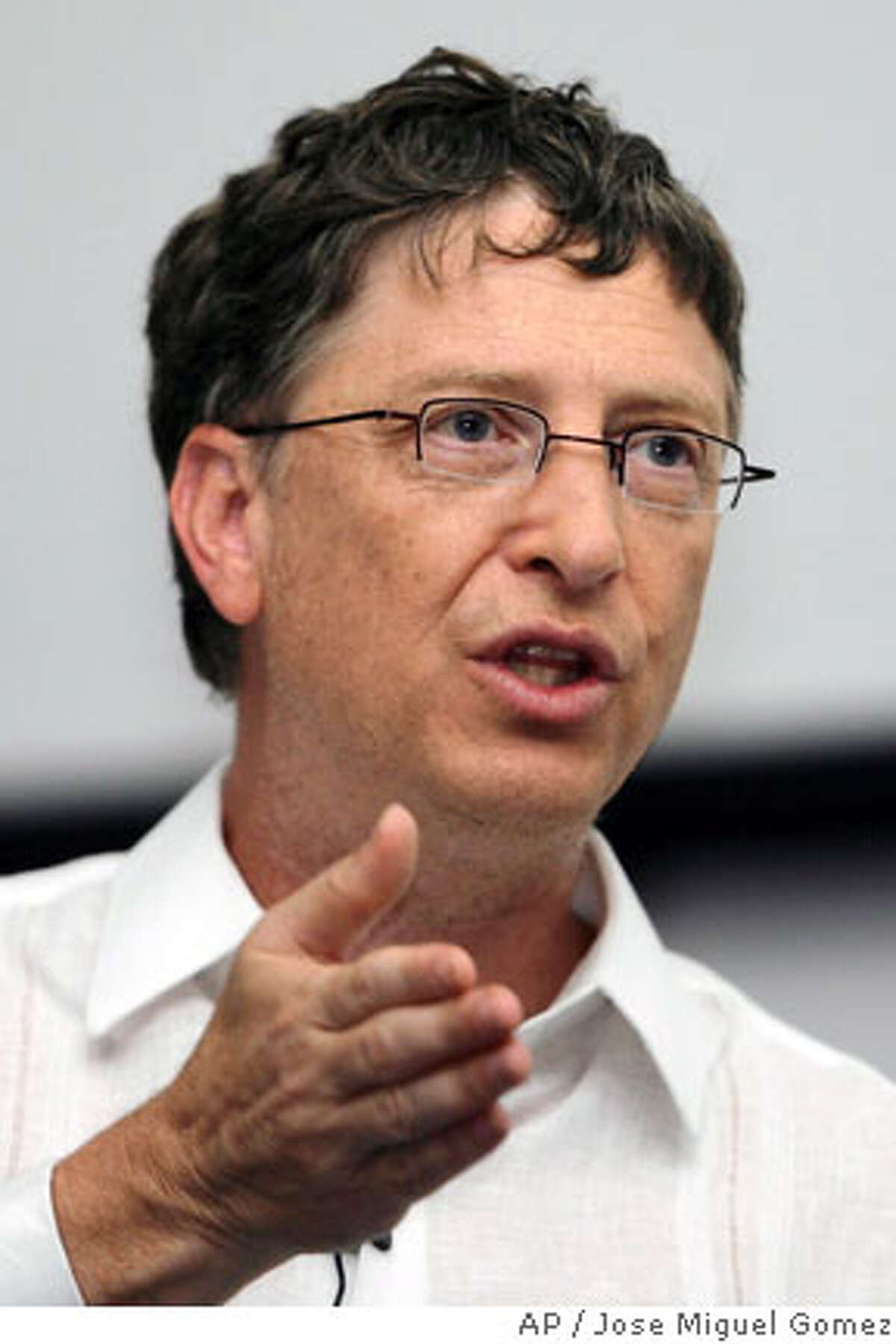 Microsoft chairman Bill Gates speaks during a conference at the 63rd Inter-American Press Association meeting in Cartagena March 19, 2007. REUTERS/Jose Miguel Gomez (COLOMBIA) 0