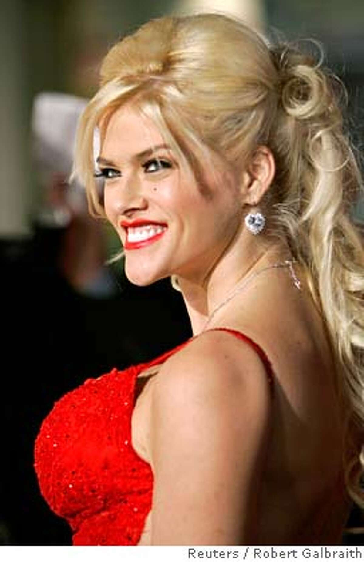 """Model Anna Nicole Smith poses as she arrives as a guest at the world premiere of the film """"Be Cool"""" in Hollywood, California in this February 14, 2005 file photo. A drug overdose caused last month's sudden death of former Playboy Playmate Smith, CNN said, citing officials on March 26, 2007. REUTERS/Robert Galbraith/Files (UNITED STATES) 0"""