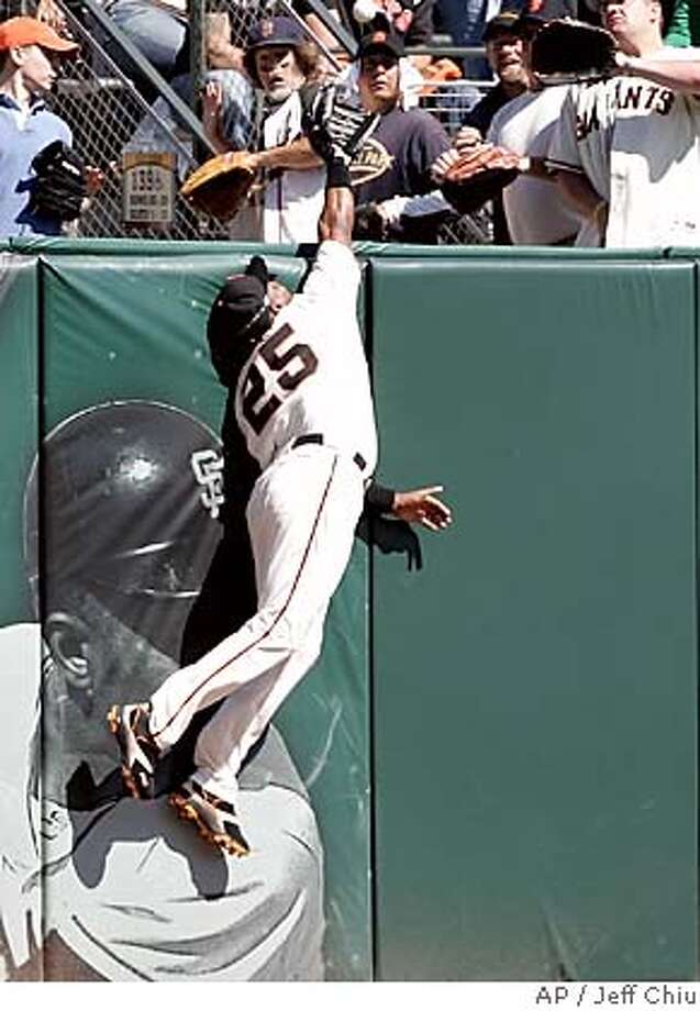 San Francisco Giants' Barry Bonds unsuccessfully tries to catch Los Angeles Dodgers' Jose Cruz Jr.'s solo home run in the fourth inning in San Francisco on Sunday, Sept. 18, 2005. (AP Photo/Jeff Chiu) Photo: JEFF CHIU