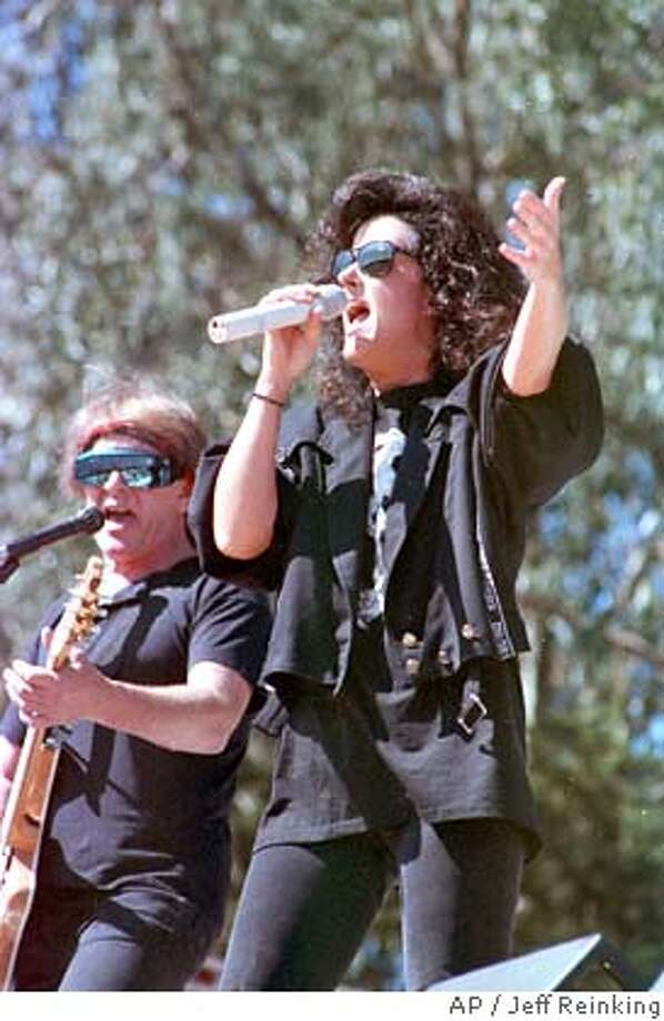 Rock singer Grace Slick, right, and guitarist Paul Kantner of the rock group Jefferson Starship perform during a free concert at Golden Gate Park in San Francisco, Calif., on Sept. 30, 1989. The group played free concerts in San Francisco under the name Jefferson Airplane in the 1960s. (AP Photo/Jeff Reinking) Photo: JEFF REINKING
