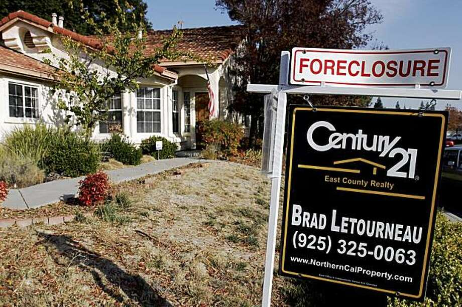 A foreclosure sign is seen in Antioch, California in this file photo taken on November 27, 2007. The U.S. housing crisis has focused attention on adjustable rate mortgages (ARMs) and the danger posed by their spiking interest rates.   REUTERS/Erin Siegal/Files  (UNITED STATES) Photo: Erin Siegal, Reuters
