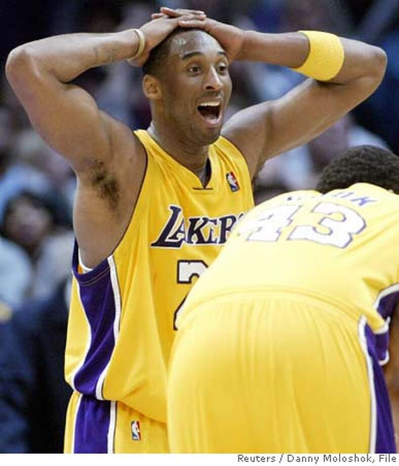 Los Angeles Lakers' Kobe Bryant reacts after a foul was called against him late in the fourth quarter of an NBA basketball game against the Cleveland Cavaliers in Los Angeles, California, February 15, 2007. REUTERS/Danny Moloshok (UNITED STATES) Photo: DANNY MOLOSHOK