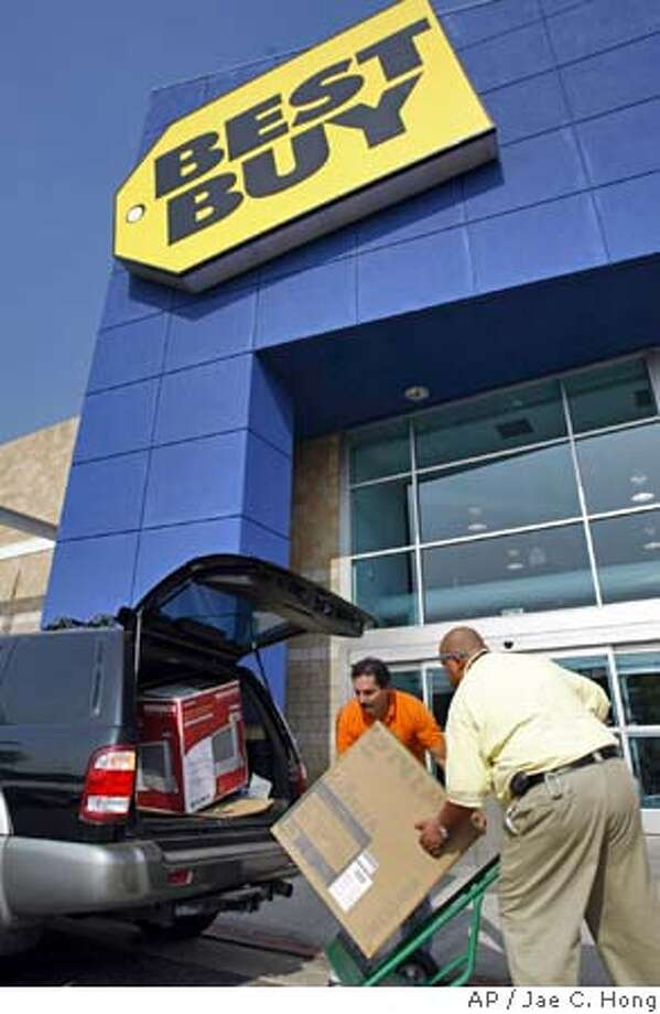 Salah Assaf,left, loads a television onto a car with the help of customer service supervisor Ozzie Mendoza outside a Best Buy store in Pasadena, Calif., on Wednesday, Aug. 10, 2005. The Commerce Department reported Thursday that total retail sales rose by 1.8 percent, the best showing in three months, but almost all of that strength came from auto sales, which soared by 6.7 percent. (AP Photo/Jae C. Hong) Photo: JAE C. HONG