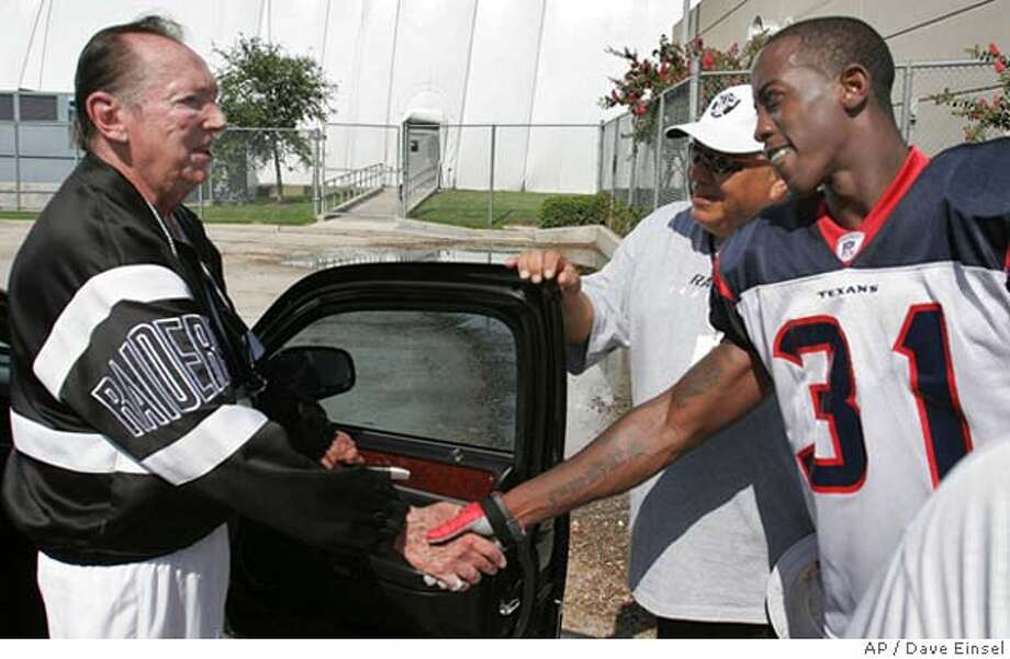 Houston Texan corner back Phillip Buchanon (31) shakes hands with Oakland Raider owner Al Davis after a combined practice between the Texans and Raiders, Thursday, August 18, 2005. Buchanon, who publicly ridiculed the Raiders prior to last season's final game, was traded to the Texans for two draft picks. (AP Photo / Dave Einsel) Photo: DAVE EINSEL