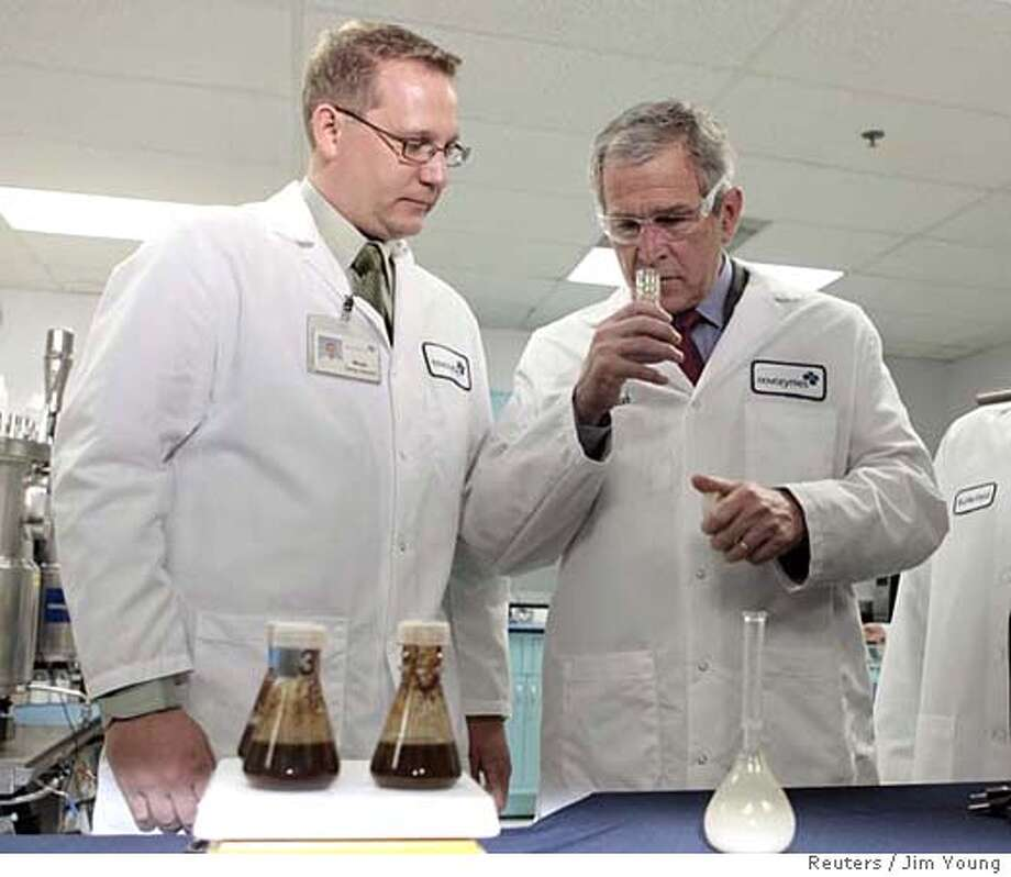 U.S. President George W. Bush (R) smells a bottle of ethanol as he tours Novozymes North America Inc. with Mads Torry-Smith, group leader for the Biomass group, in Franklinton, North Carolina, February 22, 2007. REUTERS/Jim Young (UNITED STATES) 0 Photo: JIM YOUNG