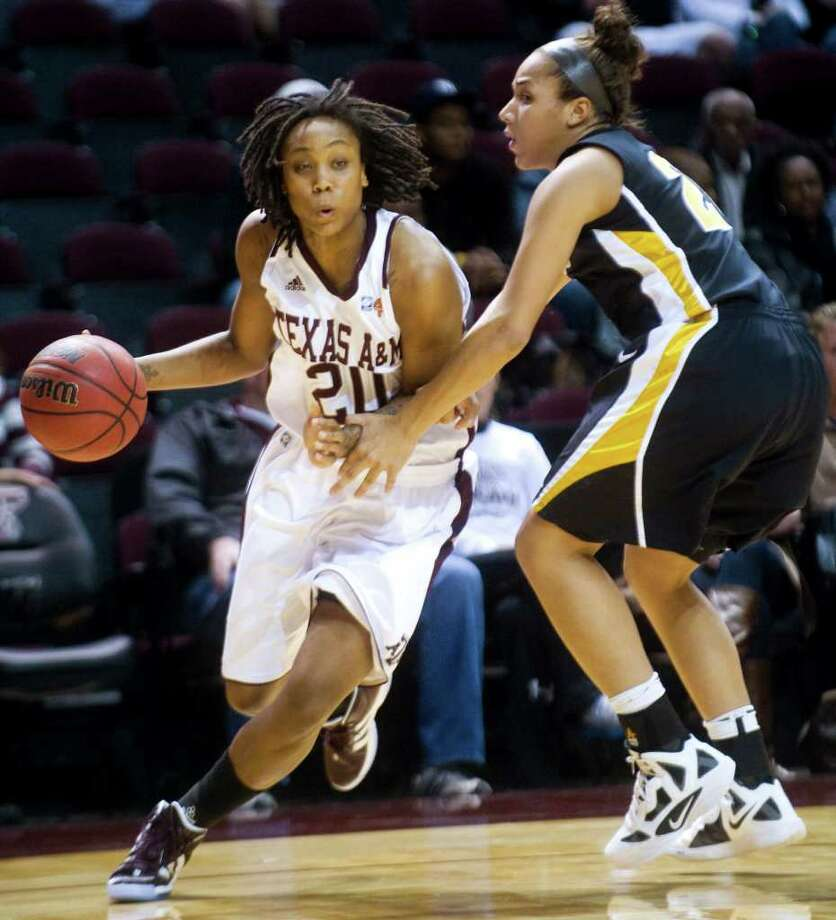Texas A&M's Tyra White, left, drives against Missouri's Sydney Crafton, right, during the first half of an NCAA college basketball game, Wednesday, Jan. 18, 2012, in College Station, Texas. Photo: AP