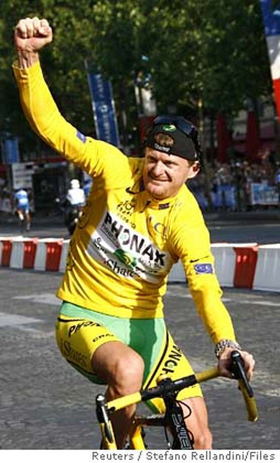 Phonak's team rider Floyd Landis of the U.S., wearing the leader's yellow jersey, celebrates as he takes his lap of honour around the Champs Elysees after winning the 93rd Tour de France cycling race in Paris in this July 23, 2006 file photo. Landis is likely to lose his Tour de France title after a second drugs sample on Saturday confirmed a positive test for excessive amounts of the male sex hormone testosterone. REUTERS/Stefano Rellandini/Files (FRANCE)  Ran on: 08-13-2006  Floyd Landis, the U.S. rider on the Phonak team shown taking his lap of honor in Paris last month after winning the Tour de France, has failed two drug tests. Photo: STEFANO RELLANDINI