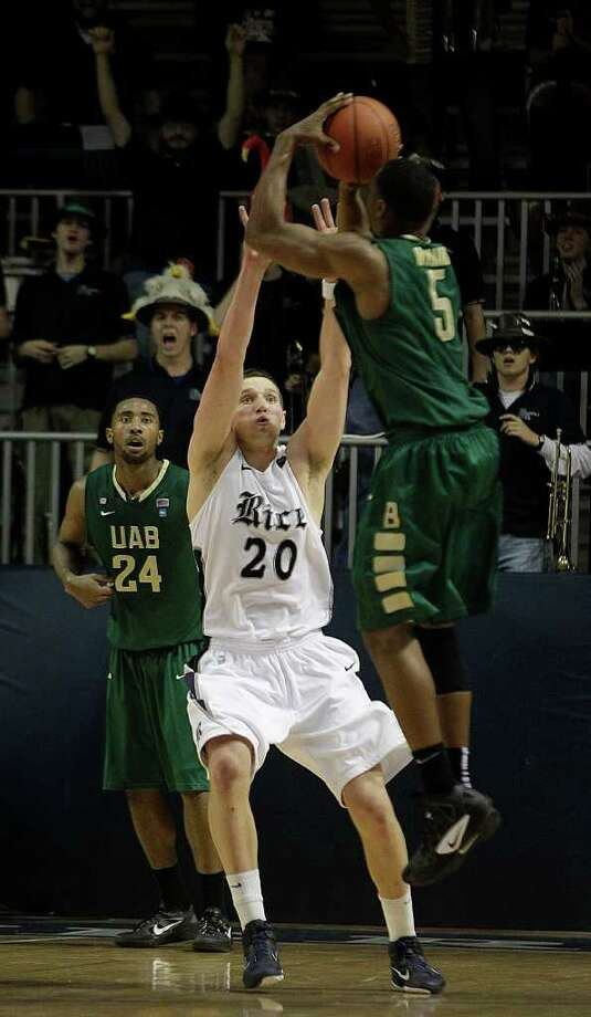 UAB guard Robert Williams (5) shoots the game-winning jumper over Rice forward Lucas Kuipers in overtime. Photo: Brett Coomer, Houston Chronicle / © 2012 Houston Chronicle