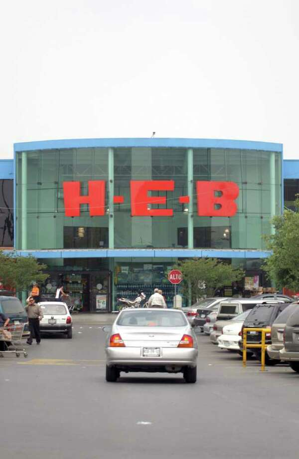 Shoppers arrive at an H-E-B in Monterrey. The chain has been in Mexico for 15 years. Photo: MAURICIO ALANIS