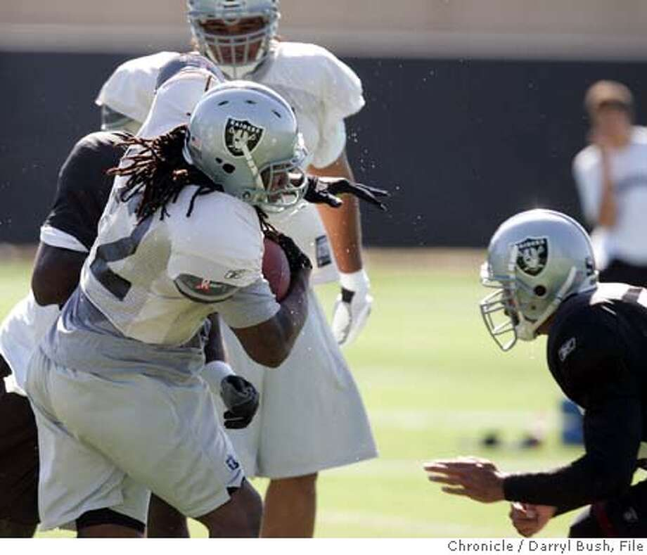 raiders_207_db.jpg  Oakland Raiders Zack Crockett (32) runs a play during the first day of training camp at their facility in Napa.  Event on 7/29/05 in Napa.  Darryl Bush / The Chronicle MANDATORY CREDIT FOR PHOTOG AND SF CHRONICLE/ -MAGS OUT Photo: Darryl Bush