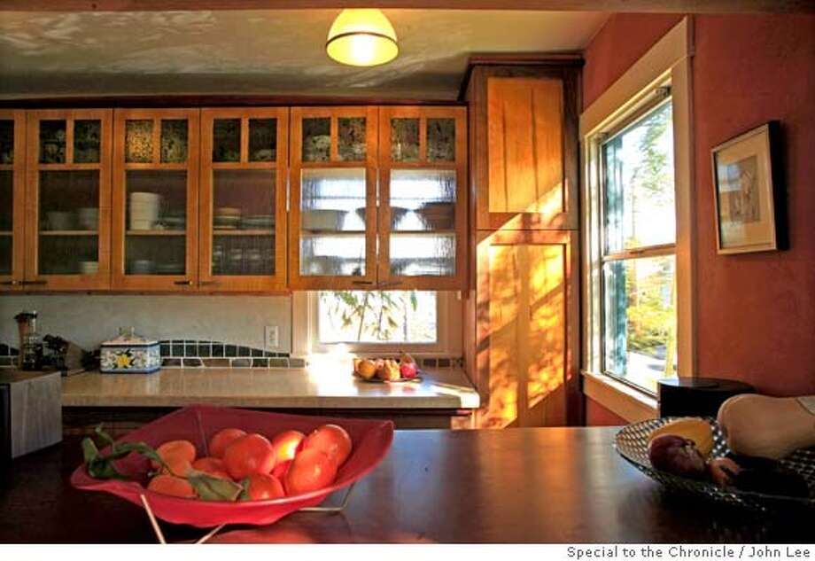 �TRANSFORMATIONS_DEBOER02JOHNLEE.JPG Kitchen in the Alameda home of architect Darrel DeBoer (cq). By JOHN LEE/SPECIAL TO THE CHRONICLE Photo: JOHN LEE