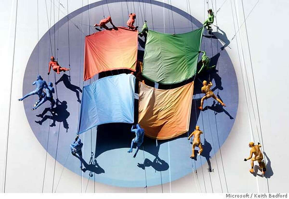 Sixteen aerialists perform on a giant billboard at the the launch of Windows Vista and Microsoft Office in New York January 29, 2007. The performance featured an original score from the new Windows Vista soundtrack. NO ARCHIVES FOR EDITORIAL USE ONLY REUTERS/Keith Bedford/Microsoft Corporation/Handout (UNITED STATES)