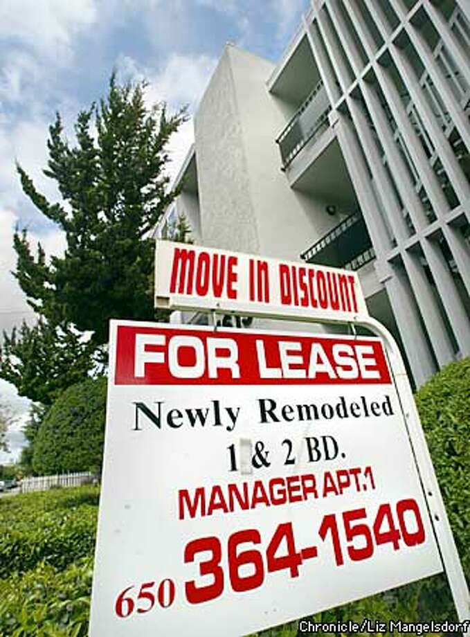 An apartment building on Hudson St. at Woodside Rd. in Redwood City has a move in discount shown on their for lease sign. Story on continuing high vacancies among residential aparmtents in bay area. Photo by Liz Mangelsdorf/sf chronicle Photo: Liz Mangelsdorf