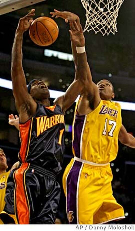 Los Angeles Lakers' Andrew Bynum, right, blocks the shot of Golden State Warriors' Stephen Jackson during the first half of an NBA basketball game on Monday, Jan. 22, 2007, in Los Angeles. (AP Photo/Danny Moloshok) EFE OUT Photo: Danny Moloshok
