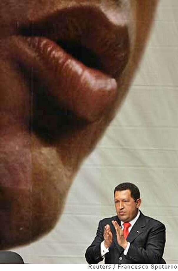Venezuela's President Hugo Chavez claps at the swearing-in ceremony for new ministers in Caracas, January 8, 2007. REUTERS/Francesco Spotorno (VENEZUELA) 0 Photo: FRANCESCO SPOTORNO