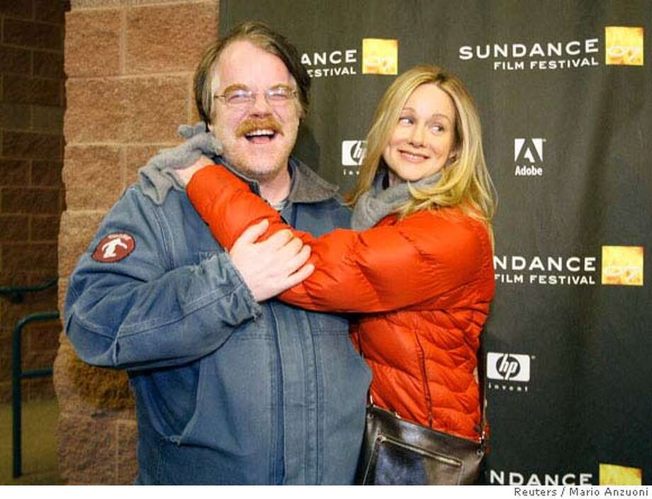 """Cast member Laura Linney (R) hugs co-star Philip Seymour Hoffman at the premiere of """"The Savages"""" during the Sundance Film Festival in Park City, Utah January 19, 2007. REUTERS/Mario Anzuoni (UNITED STATES) 0 Photo: MARIO ANZUONI"""