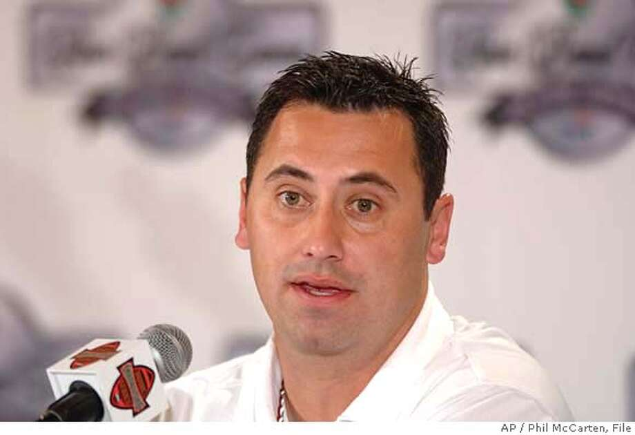 ** FILE ** Southern California football assistant head coach and quarterback coach Steve Sarkisian answers questions at a news conference Jan. 1, 2006, in Beverly Hills, Calif. Sarkisian has withdrawn from the Oakland Raiders' coaching race. (AP Photo/Phil McCarten) Photo: Phil Mccarten
