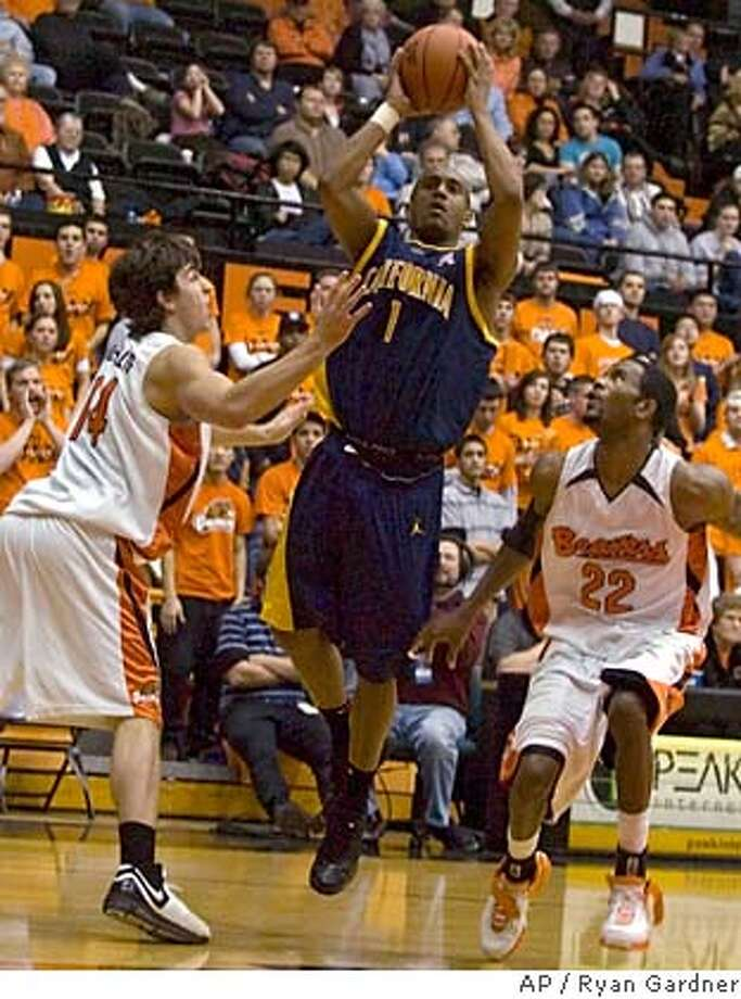 California's Ayinde Ubaka (1) shoots between Oregon State's Jack McGillis, left, and Wesley Washington during a basketball game in Corvallis, Ore., Thursday, Jan. 18, 2007. California won 77-74. (AP Photo/Ryan Gardner) EFE OUT Photo: Ryan Gardner