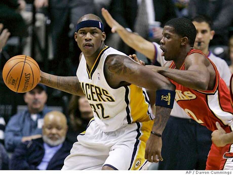 Indiana Pacers forward Al Harrington, left, is defended by Atlanta Hawks' Joe Johnson during the third quarter of an NBA basketball game in Indianapolis, Tuesday, Jan., 9, 2007. Indiana won 91-72. (AP Photo/Darron Cummings) EFE OUT Photo: Darron Cummings