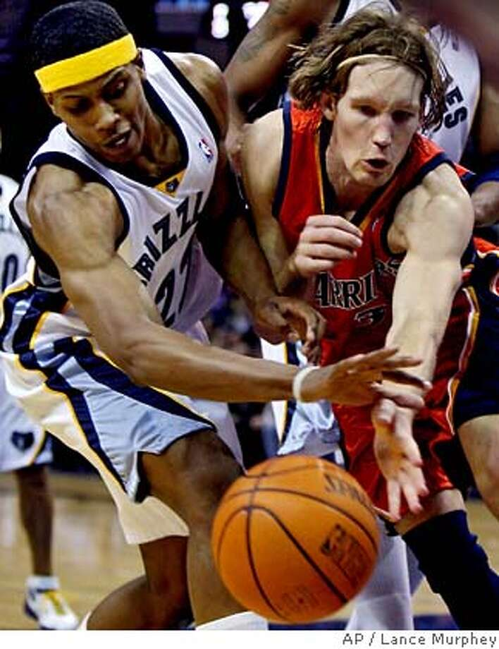 Memphis Grizzlies' Rudy Gay, left, tries to make a steal from Golden State Warriors' Mike Dunleavy during the second quarter of NBA basketball action Wednesday, Jan. 3, 2007, in Memphis, Tenn. (AP Photo/Lance Murphey) EFE OUT Photo: Lance Murphey