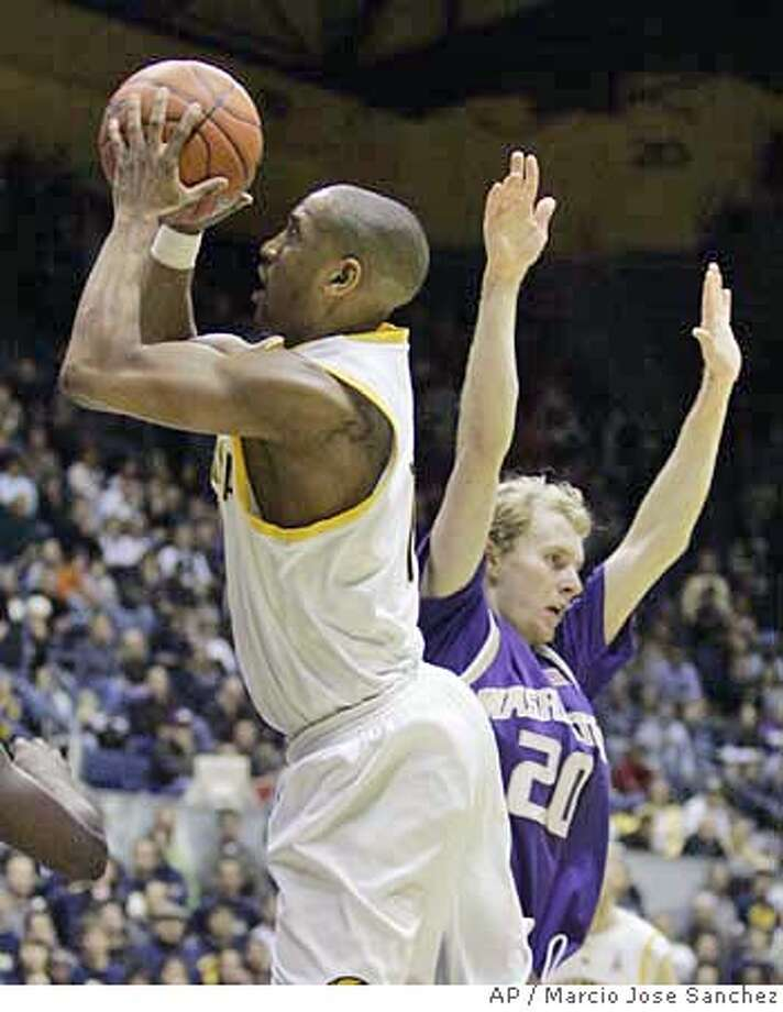 California's Ayinde Ubaka, left, scores past Washington's Ryan Appleby in the second half of a college basketball game in Berkeley, Calif., Saturday, Jan. 13, 2007. California won in overtime, 77-69. (AP Photo/Marcio Jose Sanchez) EFE OUT Photo: Marcio Jose Sanchez