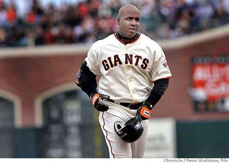 Barry Bonds comes into dogout after his last at bat.  San Francisco Giants vs Los Angeles Dodgers Event on 10/2/06 in San Francisco.  Penni Gladstone / The Chronicle MANDATORY CREDIT FOR PHOTOG AND SF CHRONICLE/ -MAGS OUT Photo: Penni Gladstone