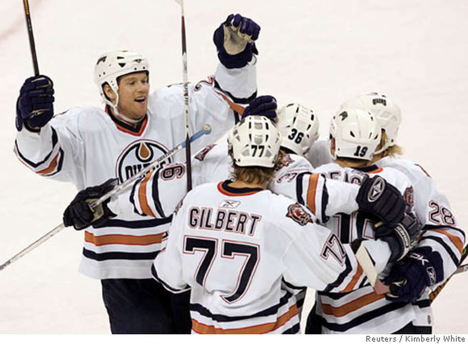 Edmonton Oilers Brad Winchester (L) celebrates with his team after scoring a goal against the San Jose Sharks in the first period of their NHL hockey game in San Jose, California January 10, 2007. REUTERS/Kimberly White (UNITED STATES) Photo: KIMBERLY WHITE