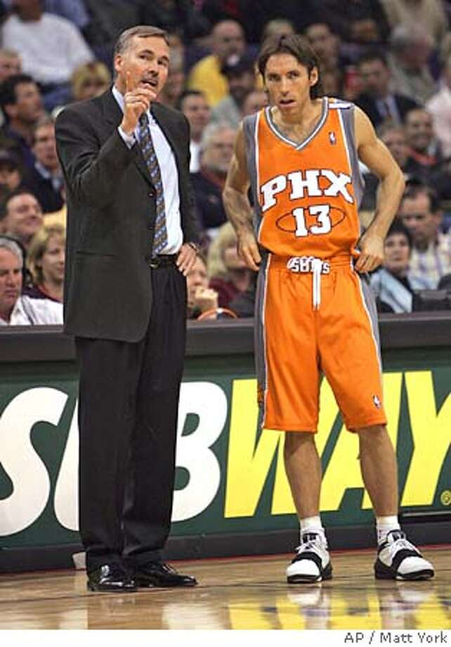 Phoenix Suns head coach Mike D'Antoni instructs guard Steve Nash during the second quarter against the Atlanta Hawks Wednesday, Nov. 3, 2004 at America West Arena in Phoenix. (AP Photo/Matt York) Sports#Sports#Chronicle#11/21/2004#ALL#2star##0422450448 Photo: MATT YORK