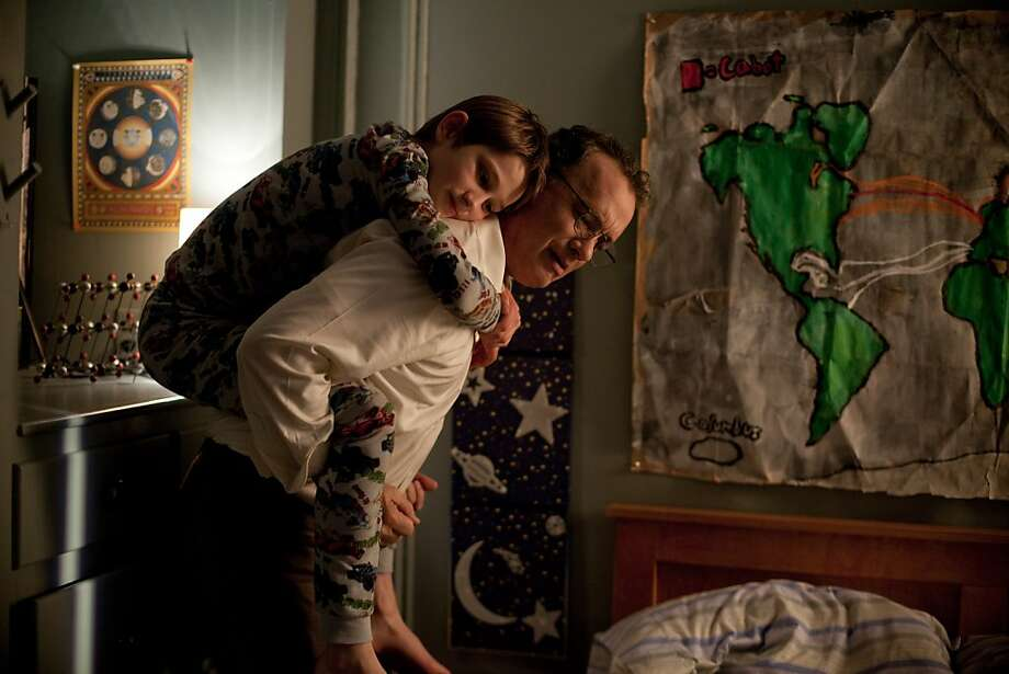 (L-r) THOMAS HORN as Oskar Schell and TOM HANKS as Thomas Schell in Warner Bros. PicturesÕ drama ÒEXTREMELY LOUD & INCREDIBLY CLOSE,Ó a Warner Bros. Pictures release. Photo: Franois Duhamel, Warner Bros.