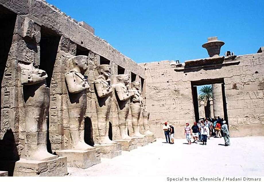 tourists at the luxor temple Insight#Insight#Chronicle#11/14/2004##2star##0422459016 Photo: Hadani Ditmars / Special To The