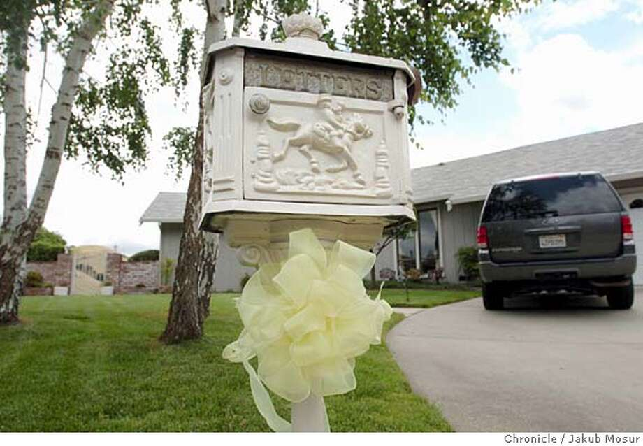 A yellow ribbon hangs on a mailbox at the California home of Australian engineer Douglas Wood, Friday, May 6, 2005, in Alamo, Calif. Militants holding the 63-year-old hostage have issued a 72-hour ultimatum for Australia to start pulling troops out of Iraq, Arab television station al-Jazeera reported Friday. The station did not specify what the militants were threatening to do if their deadline was not met. (AP Photo/Jakub Mosur) Photo: JAKUB MOSUR
