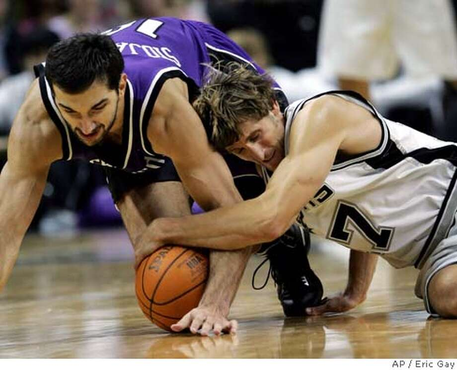 San Antonio Spurs guard Brent Barry, right, and Sacramento Kings forward Peja Stojakovic of Serbia-Montenegro battle for a loose ball during the fourth quarter in San Antonio, Wednesday, Nov. 3, 2004. San Antonio won 101-85. (AP Photo/Eric Gay) Sports#Sports#Chronicle#11/14/2004#ALL#2star##0422450529 Photo: ERIC GAY