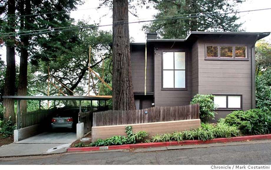 Exterior ofthe Jensen Cottage, a home designed by William Wurster, an important architect who the Department of Architecture at UC Berkeley is named after. This is an architectually signifigant small home and is written about and photographed in architectual books and journals. The house is now owned by mother of the former owner of Wired magazine, Louis Rossetto. Architectual preservationists in Berkeley are trying to stop a proposed expantion of the home. This home is the subject of a story in today's paper about the battle and will probably continue to be the subject of further stories. Mark Costantini / The Chronicle Photo: Mark Costantini