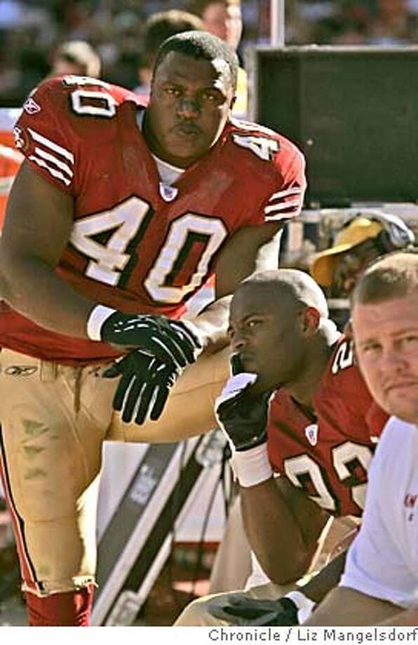 niners292_lm.JPG Event on 10/10/04 in San Francisco.  Niners #40 Fred Beasley and #22 Terry Jackson (sitting) watch the 3rd quarter from the bench.  San Francisco 49ers beat the Arizona Cardinals in OT at Monster Park in SF.  Liz Mangelsdorf / The Chronicle MANDATORY CREDIT FOR PHOTOG AND SF CHRONICLE/ -MAGS OUT Sports#Sports#Chronicle#11/4/2004#ALL#5star##0422408381 Photo: Liz Mangelsdorf