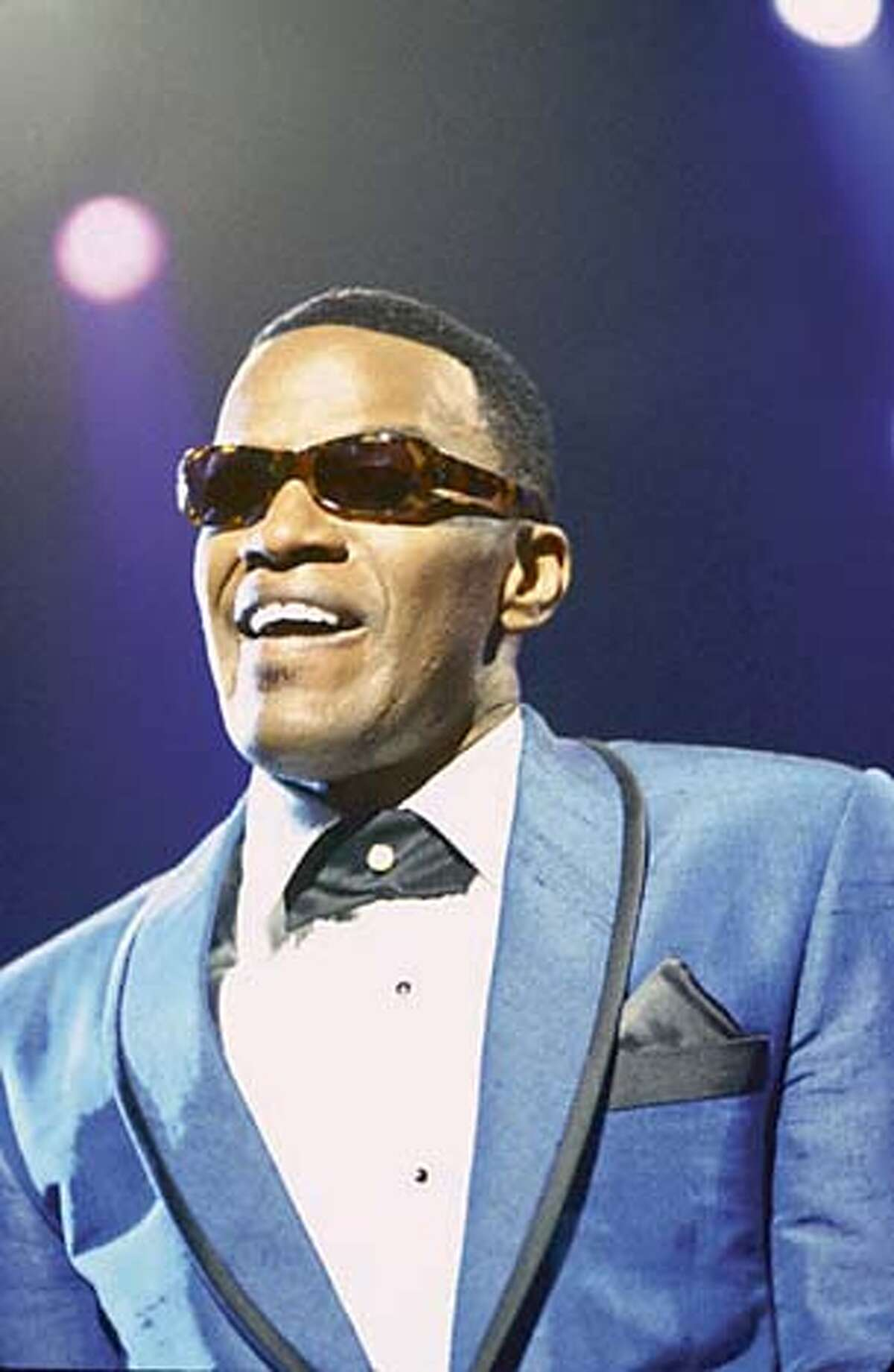 JAMIE FOXX as American legend Ray Charles in the musical biographical drama, Ray. Datebook#Datebook#SundayDateBook#10-24-2004#ALL#Advance##0422414911