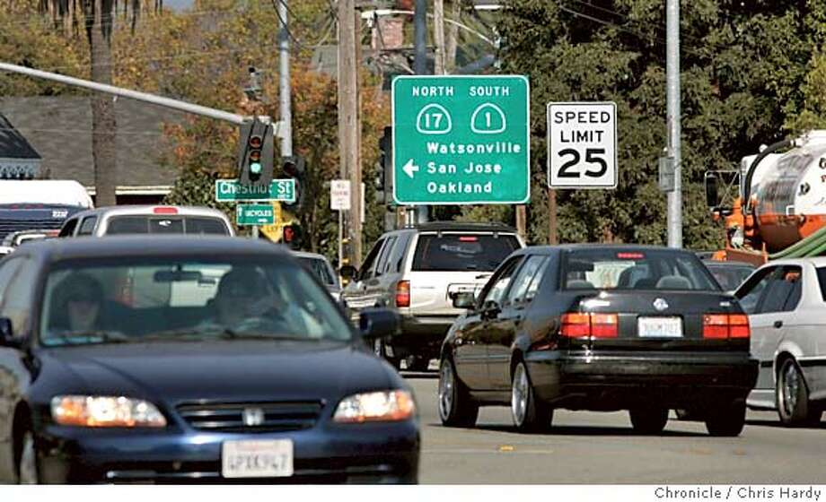 101404_highway1_039.jpg  Looking south Traffic at highway 1 and highway 17 in Santa Cruz,CA on 10/14/04  San Francisco Chronicle/Chris Hardy MANDATORY CREDIT FOR PHOTOG AND SF CHRONICLE/ -MAGS OUT Metro#Metro#Chronicle#10/21/2004#ALL#5star##0422413901 Photo: Chris Hardy