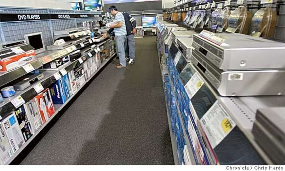 101204_dvd18_024.jpg  DVD and DVD recorder section of Best Buy on Harrison st.  Story on DVD recorders and how they are taking over vhs recorders San Francisco,CA on 10/13/04  San Francisco Chronicle/Chris Hardy MANDATORY CREDIT FOR PHOTOG AND SF CHRONICLE/ -MAGS OUT Business#Business#Chronicle#10/18/2004#ALL#5star##0422411045 Photo: Chris Hardy