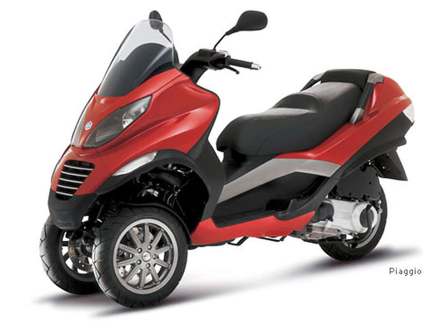 two front wheels piaggio 39 s mp3 scooter trike first the double take then the slow walk. Black Bedroom Furniture Sets. Home Design Ideas