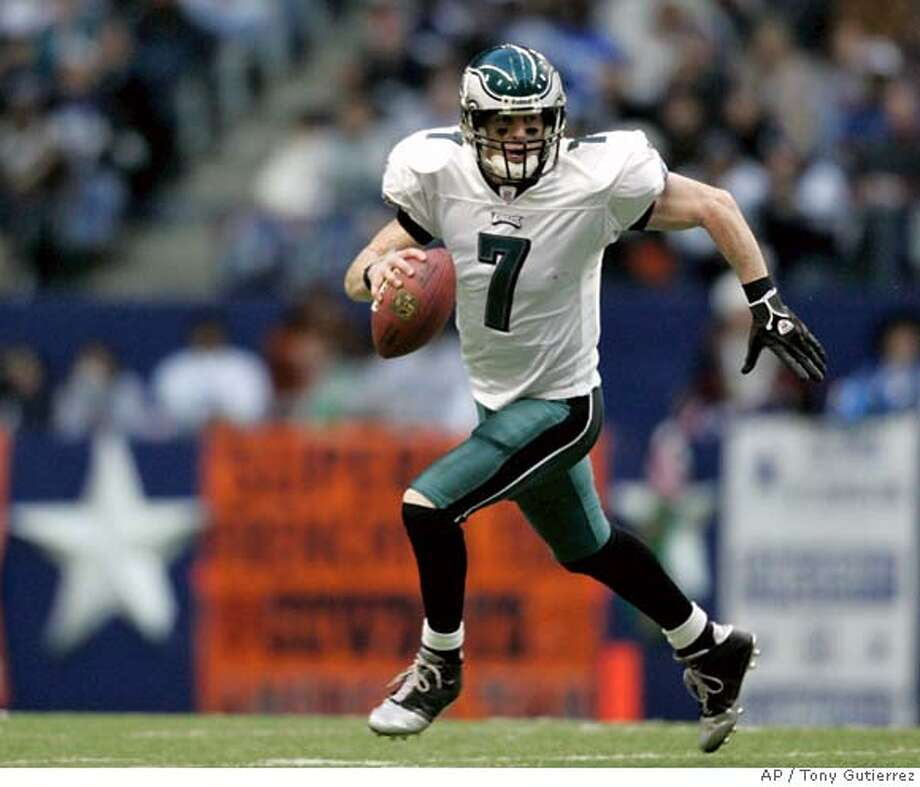 Philadelphia Eagles quarterback Jeff Garcia (7) scrambles with the ball against the Dallas Cowboys in their NFL football game in Irving, Texas, Monday, Dec. 25, 2006. (AP Photo/Tony Gutierrez)  Ran on: 01-07-2007  49ers castoff Jeff Garcia has led the Eagles (10-6) to five straight victories and their fifth NFC East championship in six years. Photo: TONY GUTIERREZ