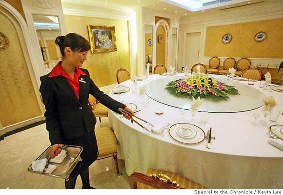 Chinese servers set up table at the Tianan Danzi Mian restaurant in Shanghai on 19 September 2006. Photo by Kevin Lee for San Francisco Chronicle Photo: Kevin Lee