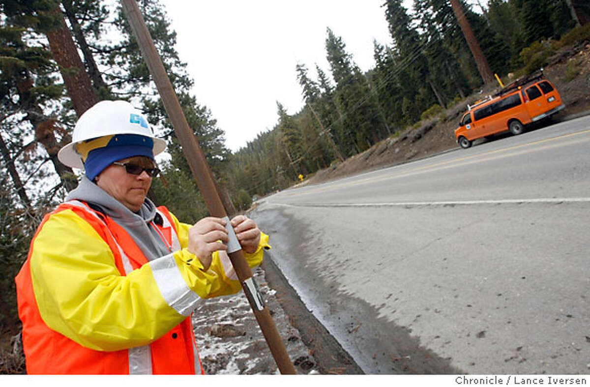 WEATHER09_5414.JPG Laura Boersig a Cal-trans employee replaces old reflective tape on snow poles used to guide the motoring public as well as snow removal equipment along HW 267 between Truckee and Kings Beach Lake Tahoe Thursday in preparation for a overnight storm that expected to bring much needed snow to the area. February 8, 2007.KINGS BEACH. By Lance Iversen/San Francisco Chronicle