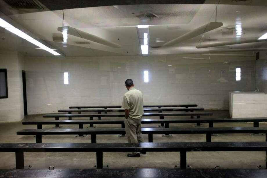 Un inmigrante detenido espera a ser procesado en un centro de detención de Imperial Beach, California, este mes. La Patrulla fronteriza busca terminar con las entradas ilegales múltiples por la frontera. Photo: Gregory Bull / AP