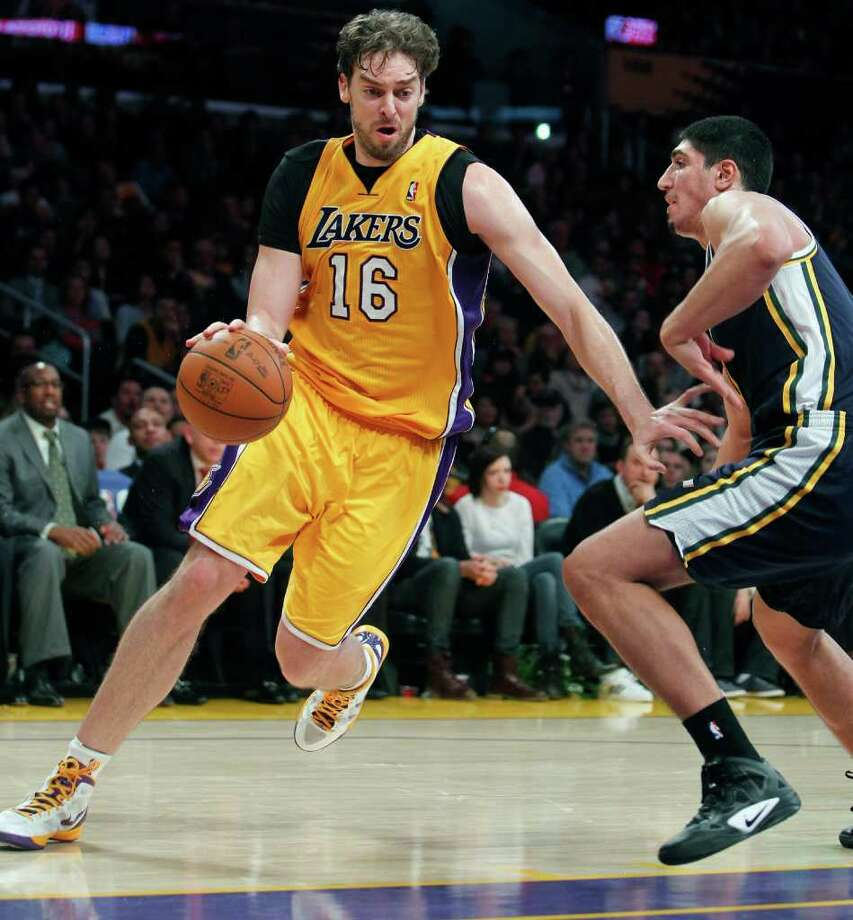 El ala pivote Pau Gasol (16), en acción frente al turco Enes Kanter, del Utah Jazz, vendrá a Houston en marzo con los Lakers para medirse con los Rockets. Photo: Alex Gallardo / FR170211 AP