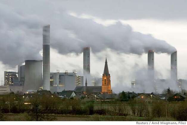 The village of Gusdorf, west of Cologne, is pictured in front of the lignite-fired power plant Frimmersdorf of German RWE AG energy company in this December 3, 2006 file photo. The Intergovernmental Panel on Climate Change (IPCC) February 2, 2007, released its long-awaited report assessing the human link to pollution, global warming and climate change. REUTERS/Arnd Wiegmann/Files (GERMANY) 0 Photo: ARND WIEGMANN