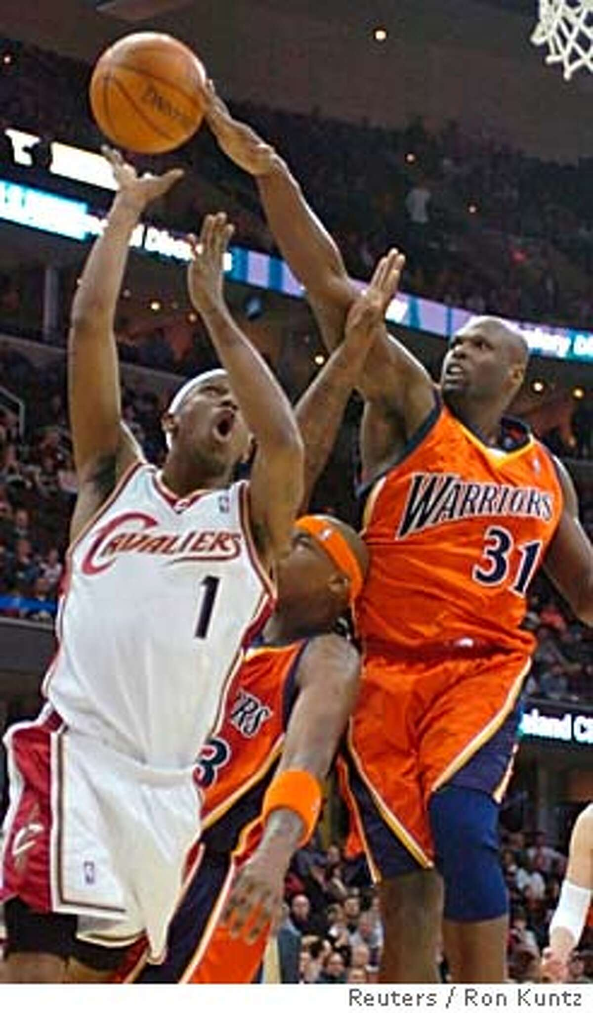 Adonal Foyle (R) of the Golden State Warriors blocks a shot by Daniel Gibson of the Cleveland Cavaliers in the first quarter of their NBA game in Cleveland, Ohio January 30, 2007. REUTERS/Ron Kuntz (UNITED STATES) 0