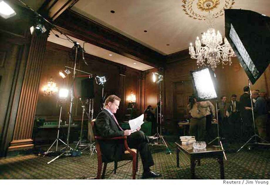 U.S. Senator Jim Webb (D-VA) reviews his notes as he works on the Democrats response to President George W. Bush's State of the Union address in Washington, January 23, 2007. REUTERS/Jim Young (UNITED STATES) 0 Photo: JIM YOUNG