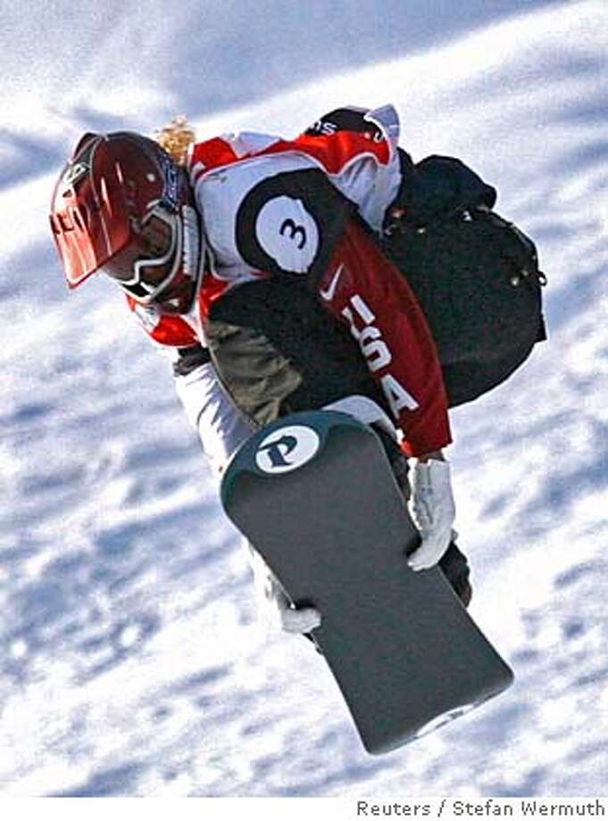 Lindsey Jacobellis of the U.S. flies through the air on her way to win the women's Snowboard-Cross final at the FIS World Championships in Arosa January 14, 2007. REUTERS/Stefan Wermuth (Switzerland) 0 Photo: STEFAN WERMUTH