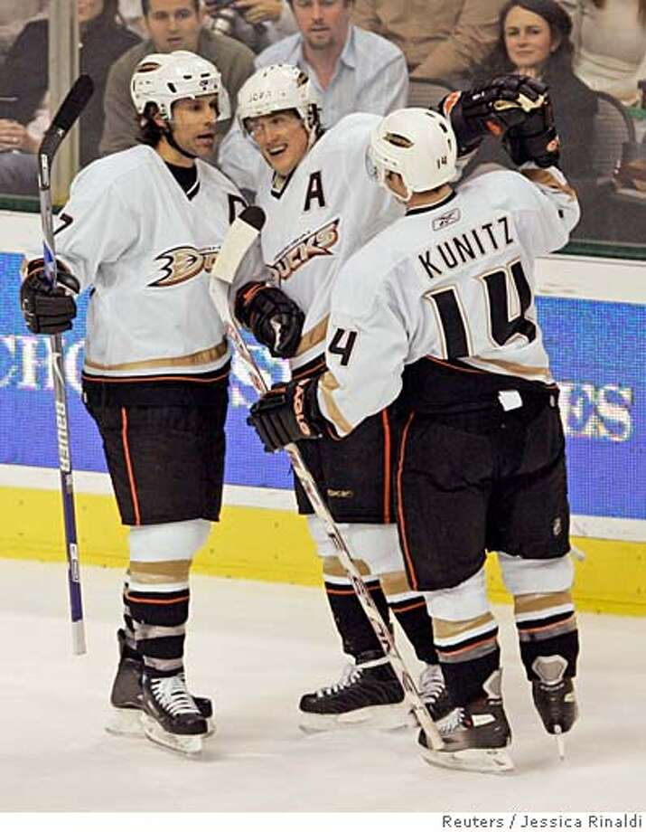 Anaheim Ducks (L-R) Scott Niedermayer, Teemu Selanne of Finland, and Chris Kunitz celebrate Selanne's goal against the Dallas Stars during second period play in their NHL hockey game in Dallas, Texas January 11, 2007. REUTERS/Jessica Rinaldi (UNITED STATES) 0 Photo: JESSICA RINALDI