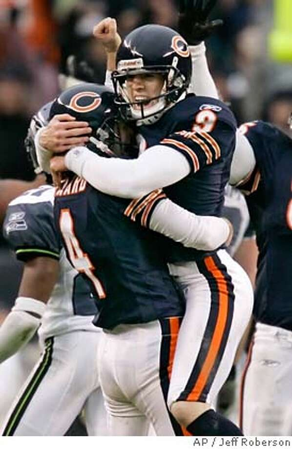 Chicago Bears place-kicker Robbie Gould (9) and holder Brad Maynard (4) react after Gould kicked a 49-yard field goal to defeat the Seattle Seahawks 27-24 in overtime in their NFC divisional playoff football game in Chicago, Sunday, Jan. 14, 2007. (AP Photo/Jeff Roberson) EFE OUT Photo: Jeff Roberson